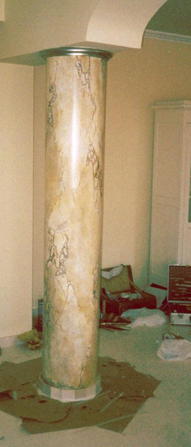 Columna pintada, imitando mármol.