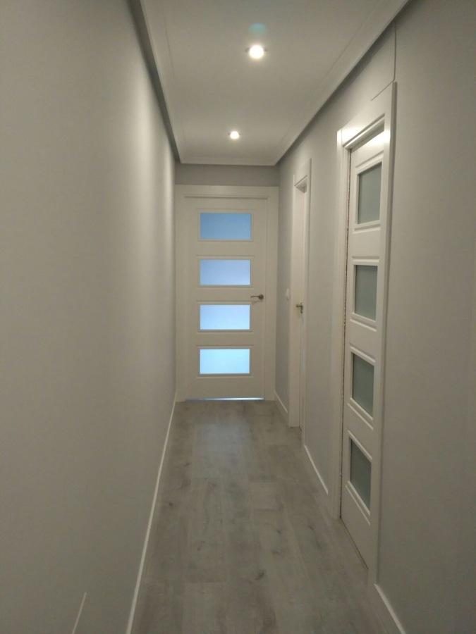 Foto combinacion de puertas blancas y suelo laminar en for Suelo gris y puertas blancas