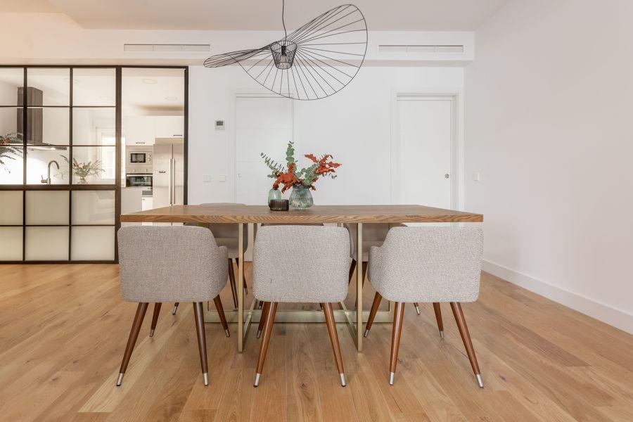 Comedor clásico con mesa rectangular