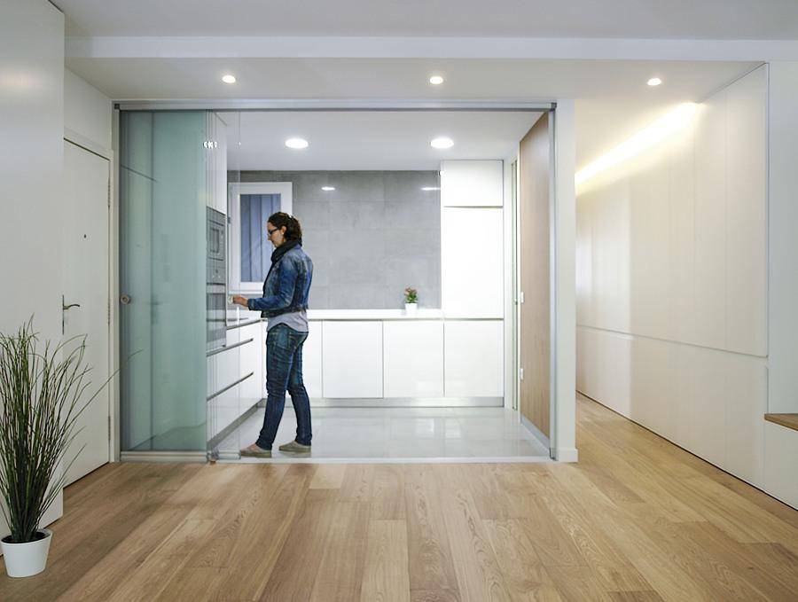 Descubre la asombrosa remodelaci n de una vivienda de los - Tabiques de cristal para viviendas ...