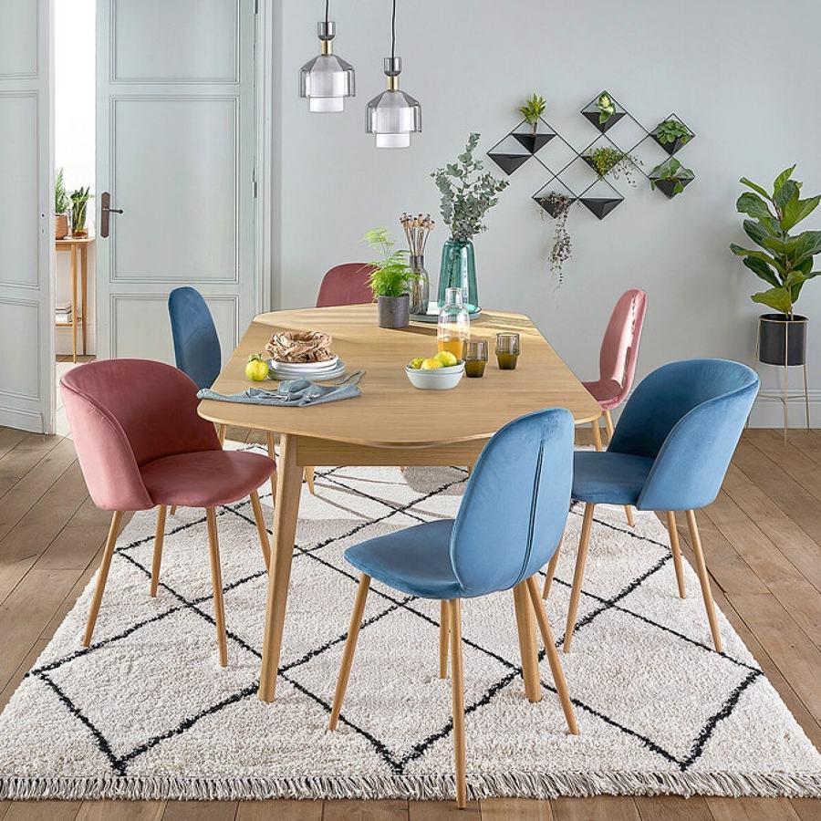 Comedor con alfombra con motivos geométricos.