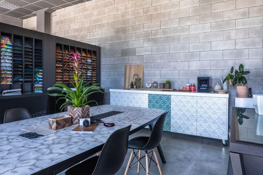 Comedor con azulejos de microcemento