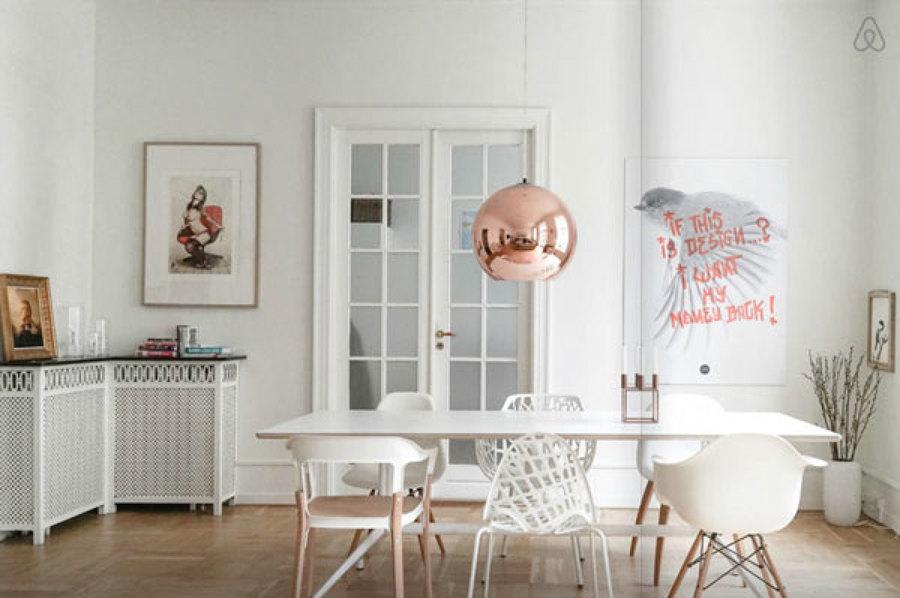 Comedor con lámpara de cobre