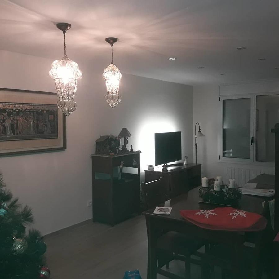 Comedor con luz led dimable en techo y tv