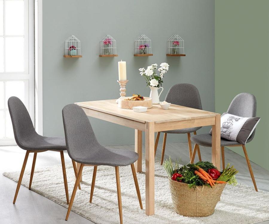 Comedor con mesa de madera y sillas ligeras