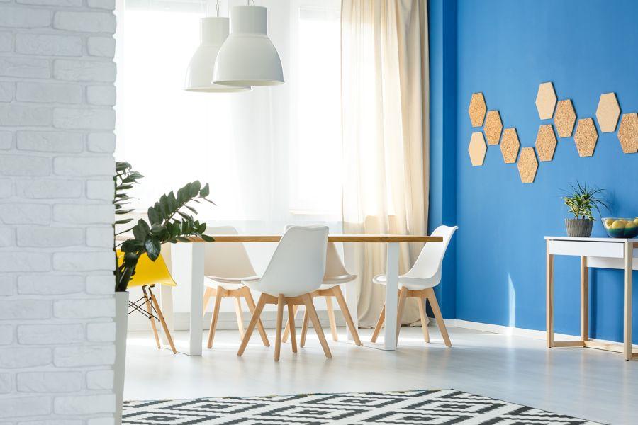 Comedor con pared en azul
