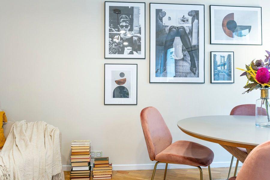 Comedor con pared llena de fotos y láminas