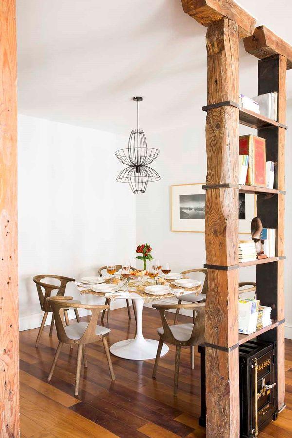 comedor con pilares de madera recuperada