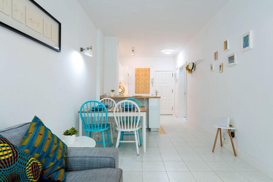Comedor con sillas renovadas con pintura