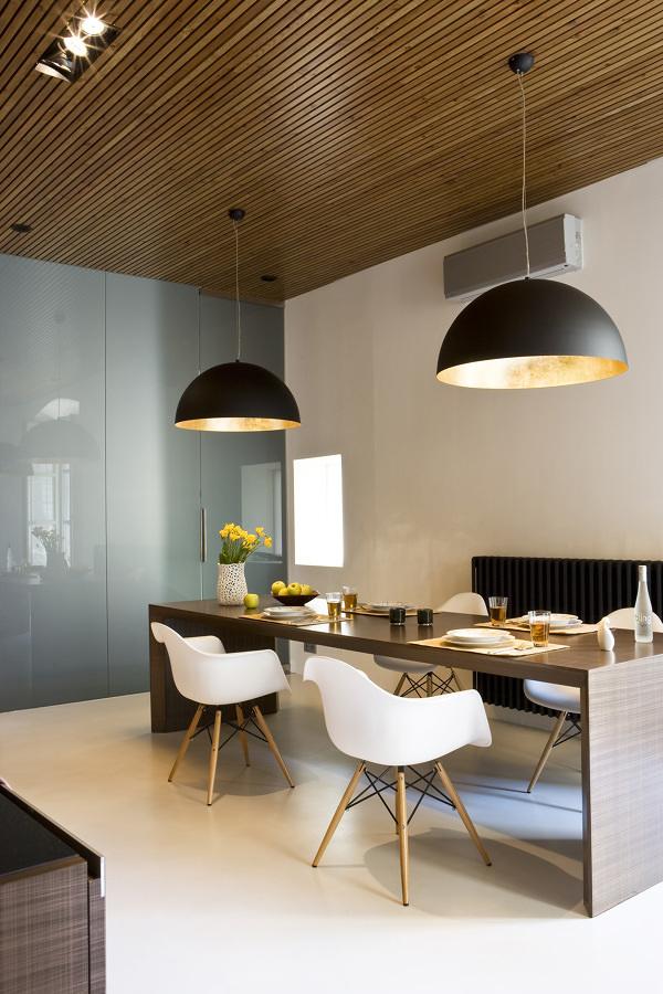 Comedor con techo de lamas de madera