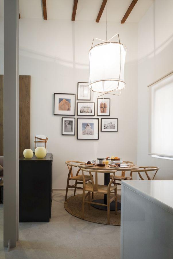 Comedor con techos altos y mesa redonda de madera