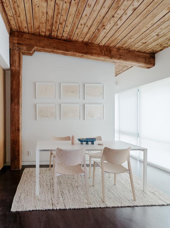 comedor con techos de madera