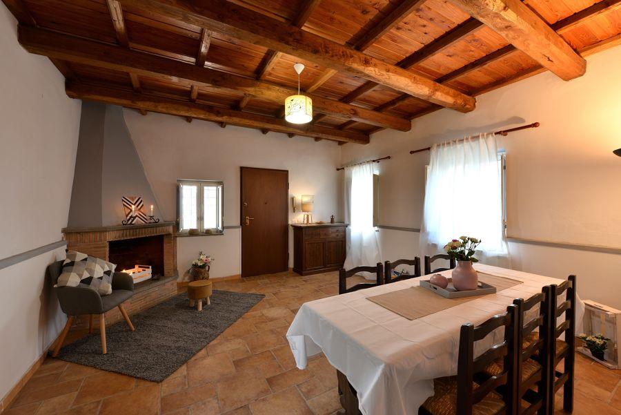 Comedor con techos hechos con vigas de madera
