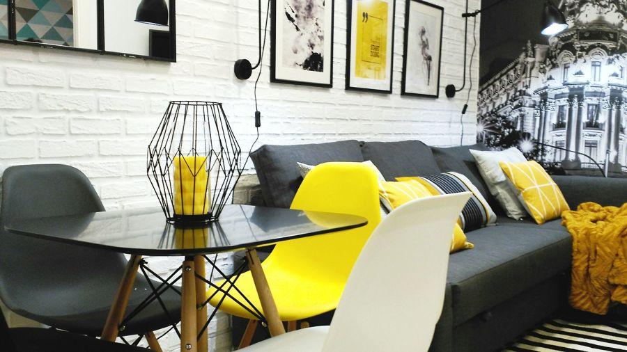 Comedor decorado en gris, amarillo y negro
