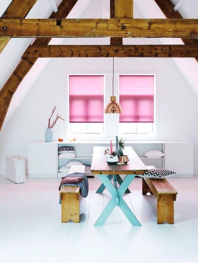 Comedor en rosa con techos con vigas de madera