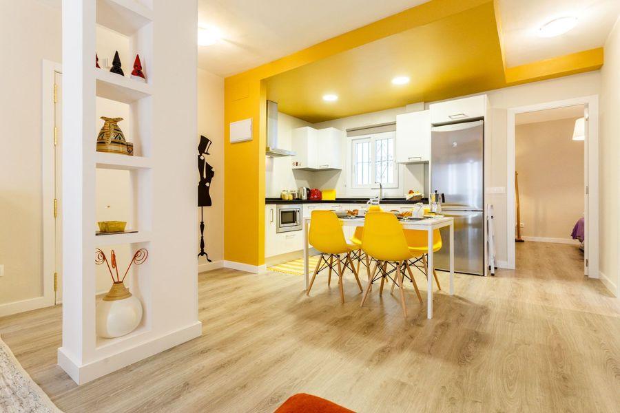 Comedor moderno con techo y muros de carga del mismo color