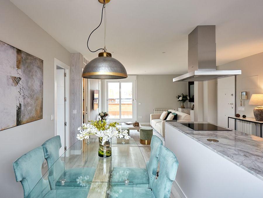 Comedor, salón, cocina y hall en un mismo espacio