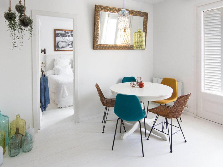 Foto comedor sillas de color de miv interiores 1244479 for Sillas comedor sevilla