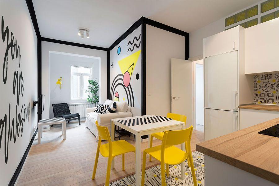 Comedor y cocina con paredes blancas y vinilos