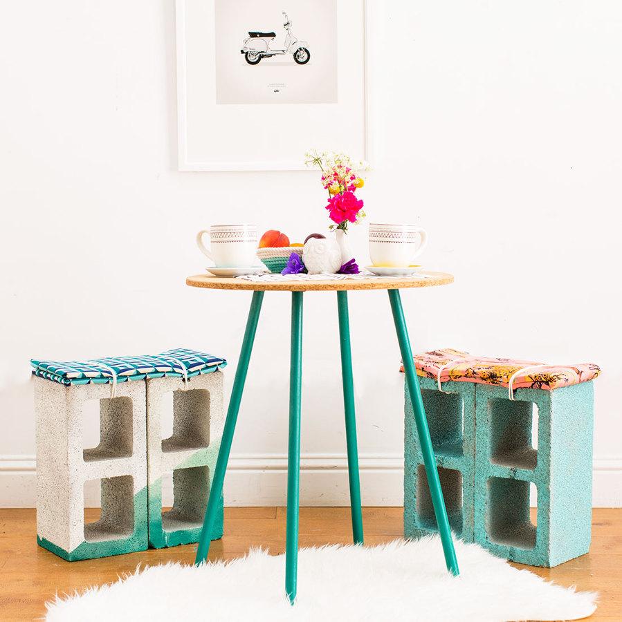 dos sillas hechas con ladrillos