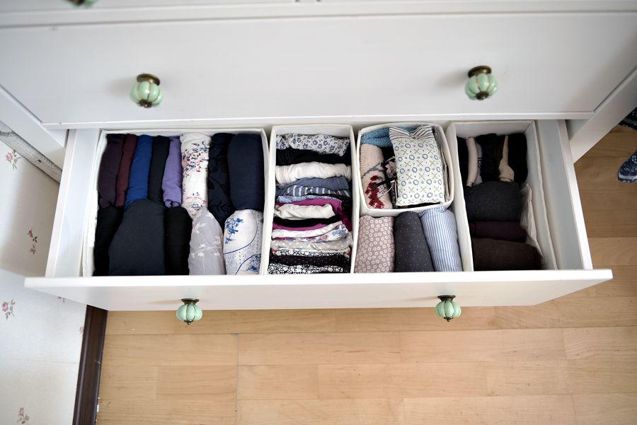 Cómoda con ropa clasificada en cajas