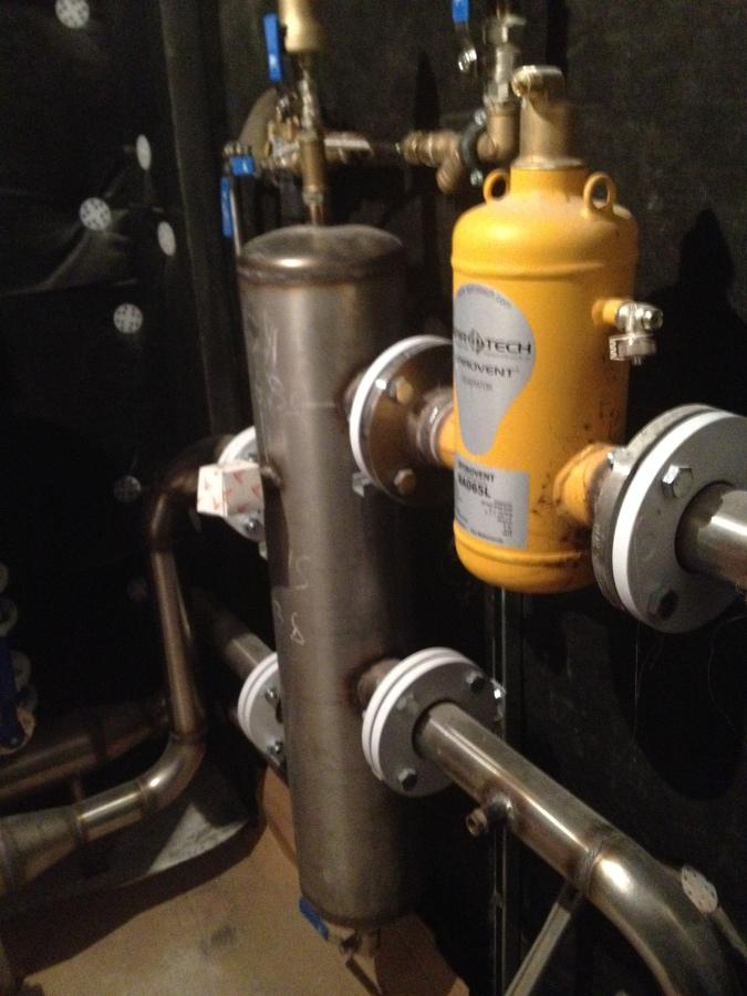 Compensador hidráulico y desgasificador de aire