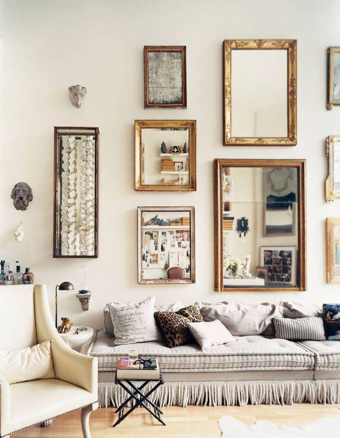 composición de cuadros antiguos en la pared del salón