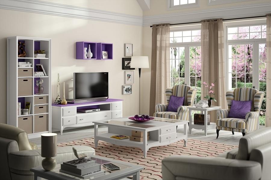 Con un tono violeta.