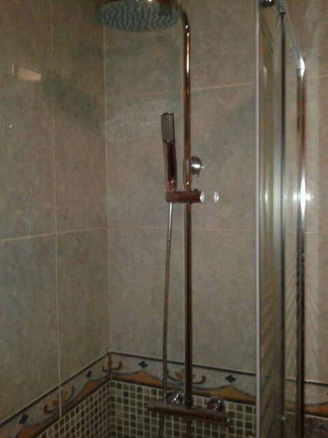 Conjunto de ducha en baño terminado