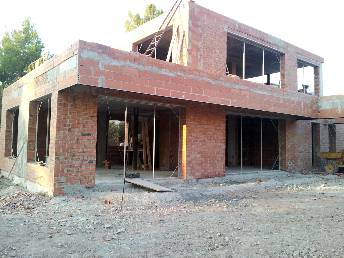 Foto construcci n casa unifamiliar con acabado estilo for Construccion casas de campo