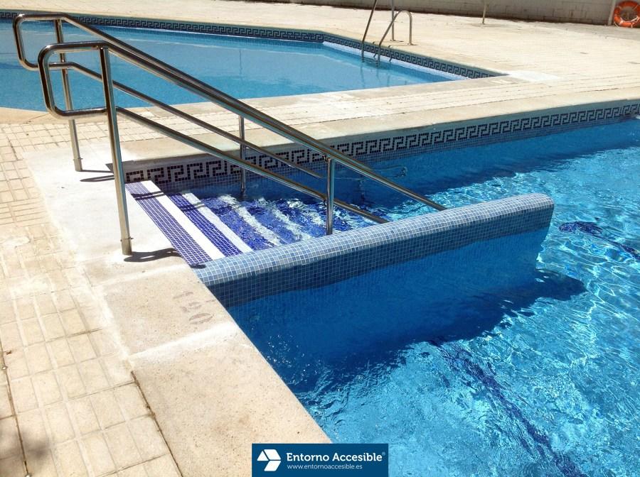 Construcci n de escalera accesible para acceso a piscina for Escaleras de piscina
