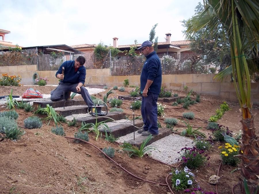 Foto construcci n de escalera de jardines jomi 362389 - Traviesas de tren para jardin ...