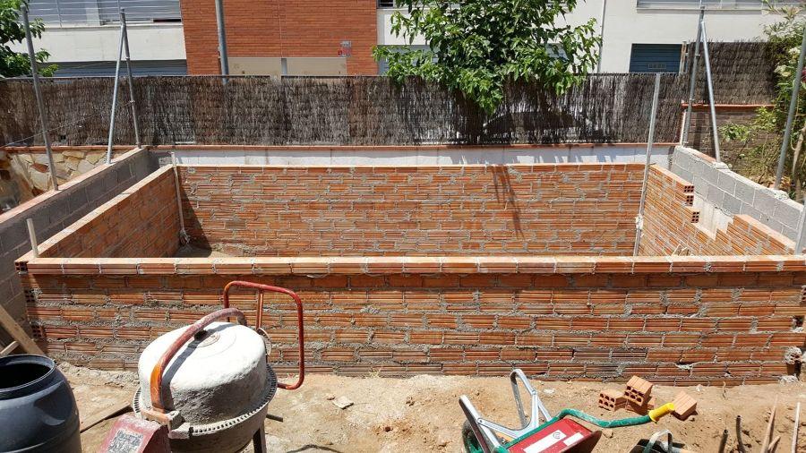 Construcción de la piscina con tochos