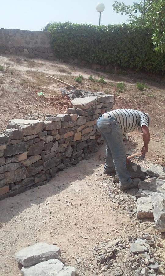 Construcción de muro de piedra