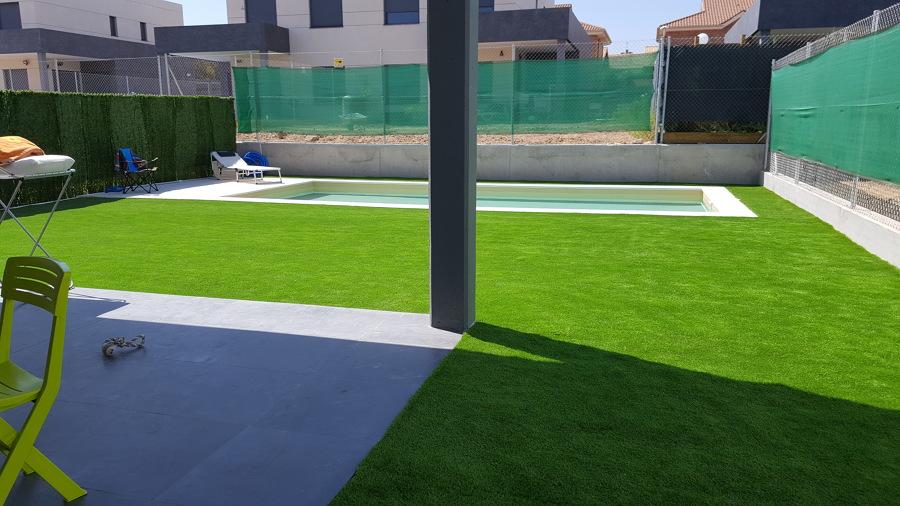 Construcción de piscina e instalación de cesped artifical modelo DIAMANTE