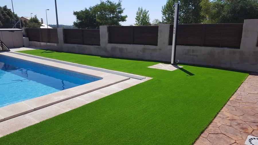 Construcci n de piscina con cesped artificial modelo - Fotos de cesped artificial ...