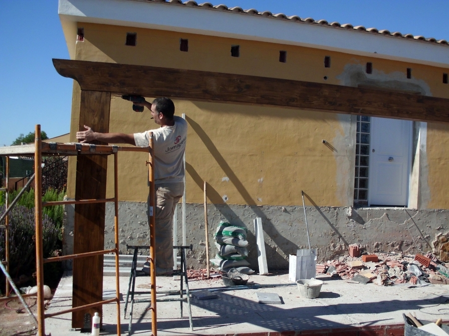 Foto construccion de porche de madera de construcciones - Construccion de tejados de madera ...