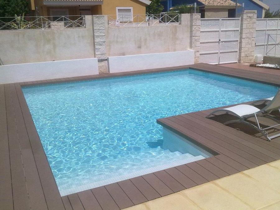 Foto construcci n piscina con tarima sintetica de for Construccion de piscinas en corrientes