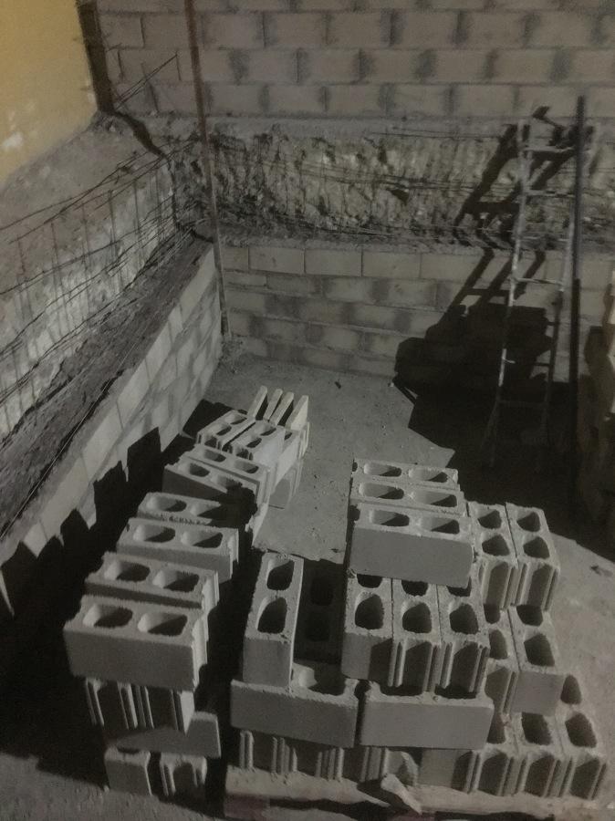 Construyendo laterales piscina con bloques y encofrado