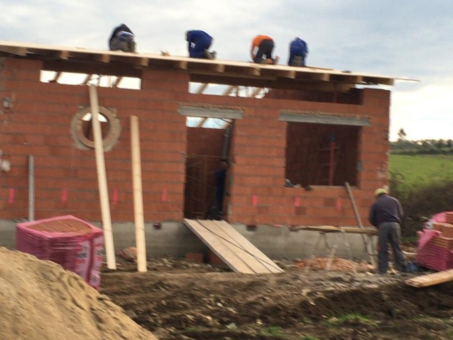 Construyendo muros y tejado