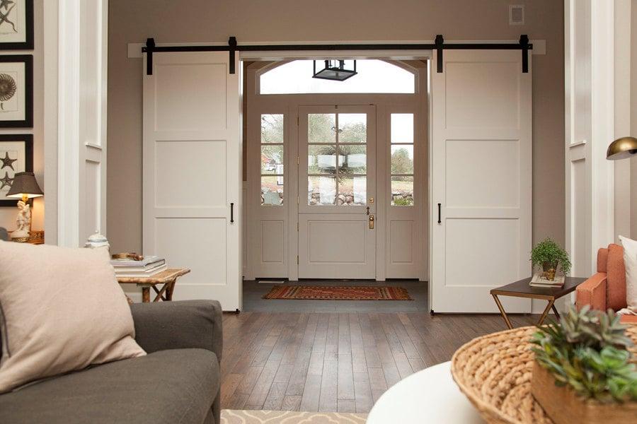 Foto puerta corredera cuarterones de madera de for Puertas correderas salon decoracion