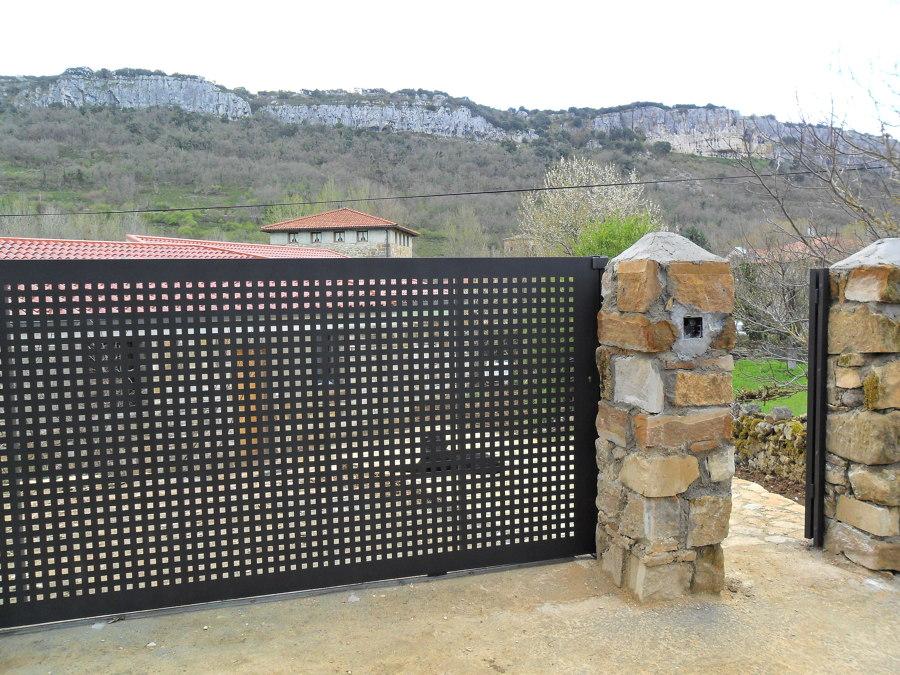 Foto corredera de chapa perforada de puertas secades for Casetas de chapa galvanizada precios