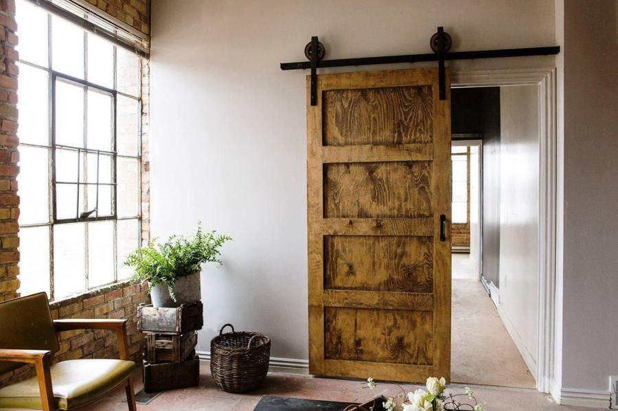 Puerta corredera de madera restaurada