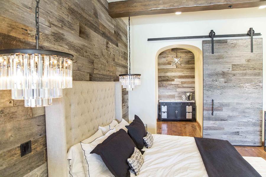 puerta corredera de madera restaurada oscura