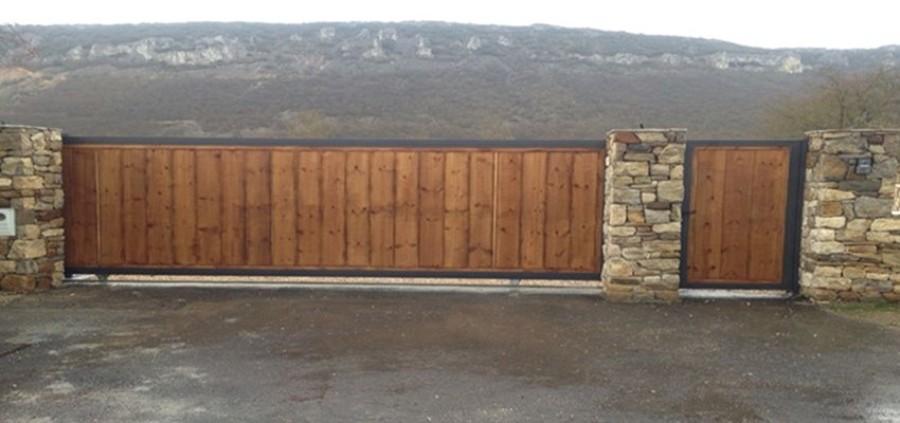 Foto corredera forrada con panel imitaci n madera de - Paneles madera exterior ...
