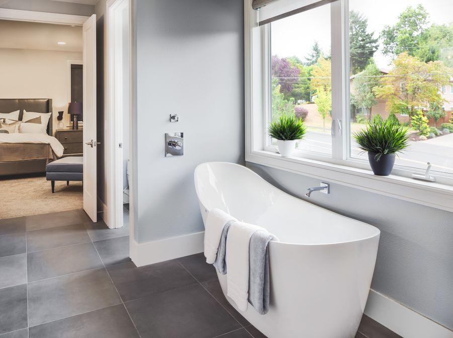 Cuarto de baño de estilo moderno con gran bañera blanca