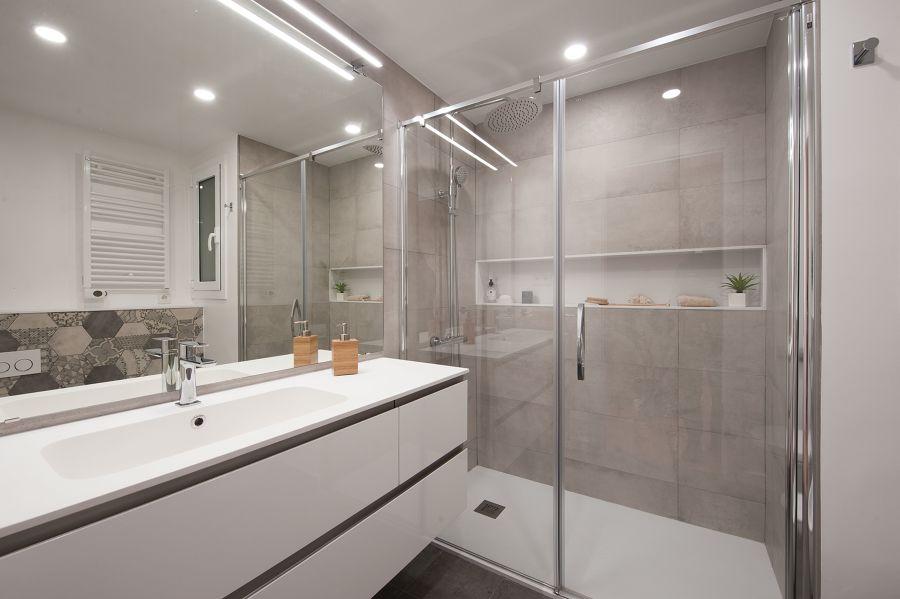 Cuarto de baño en color gris y con mampara de cristal