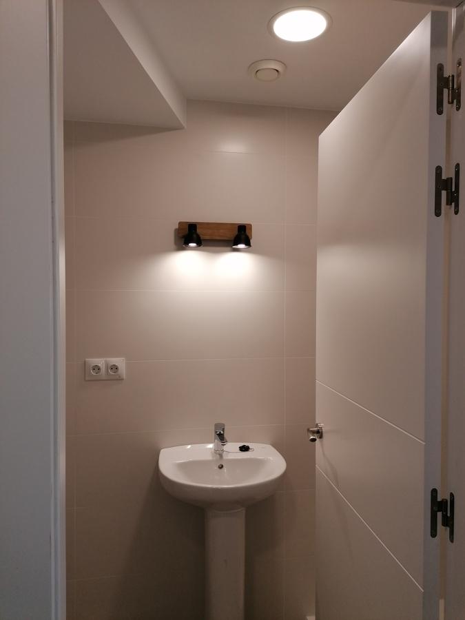 Cuarto de baño y espejo
