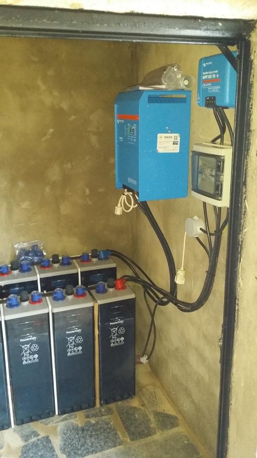 Cuarto de baterías, inversor-maximizador y cuadro eléctrico