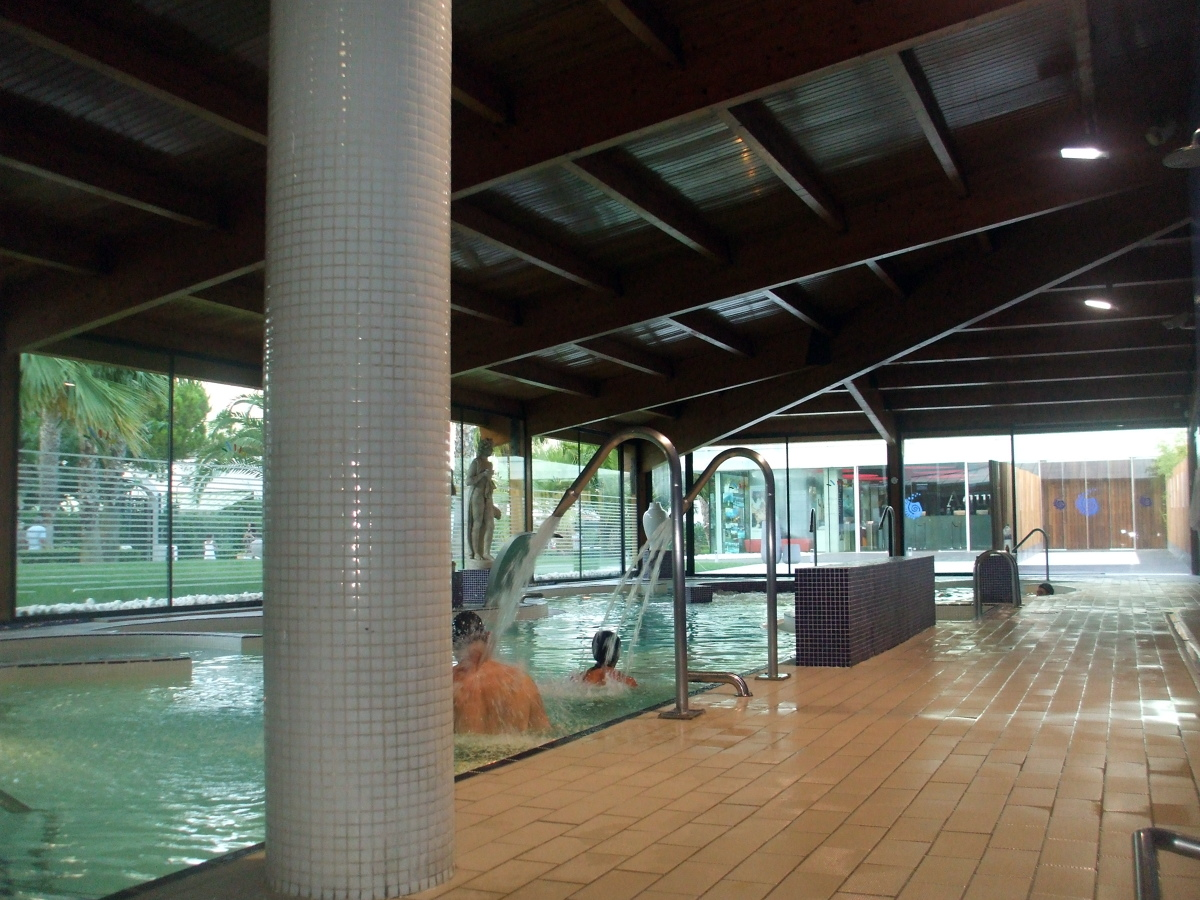 Foto cubierta piscina de techos de madera la vall s l for Piscina cubierta zaragoza